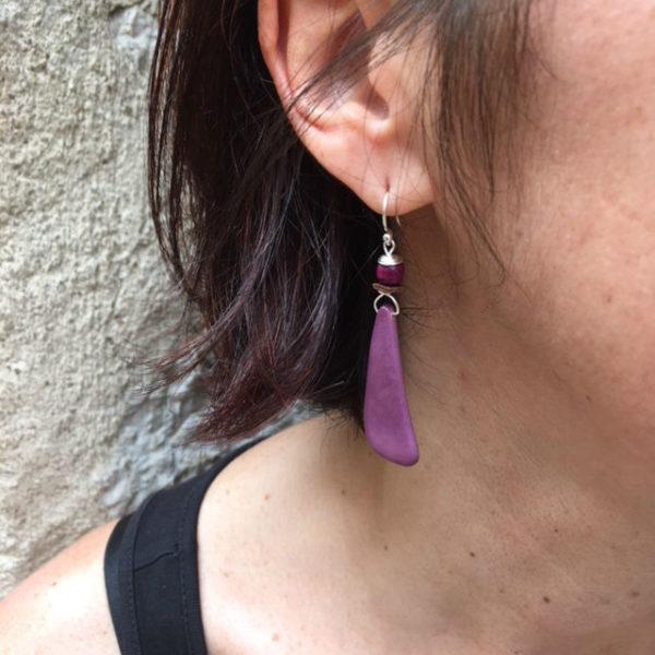 boucles d'oreilles langue ivoire végétal violet porté Rootsabaga création lyon