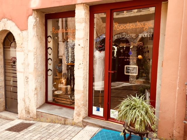 Atelier Boutique création de bijoux artisanaux origianux et unique, bijouterie fantaisie Lyon, Rootsabaga boutique de créateurs devanture boutique