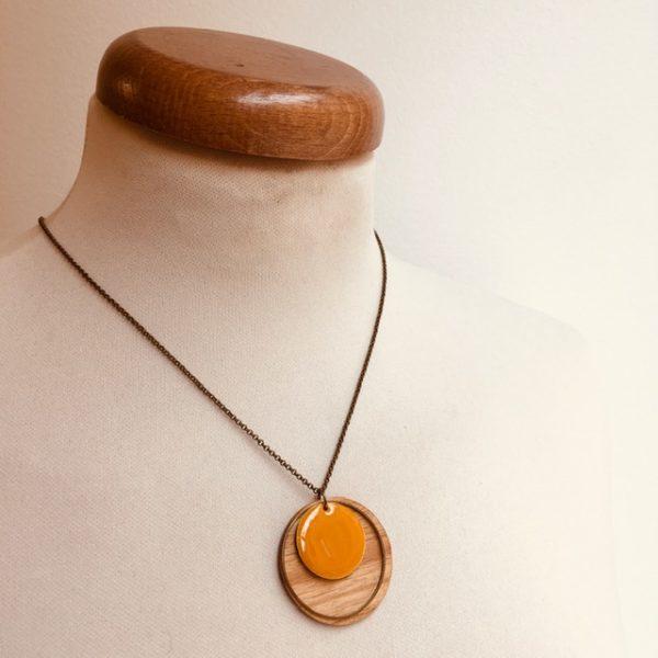 collier bois chaine rond émail jaune moutarde Rootsabaga