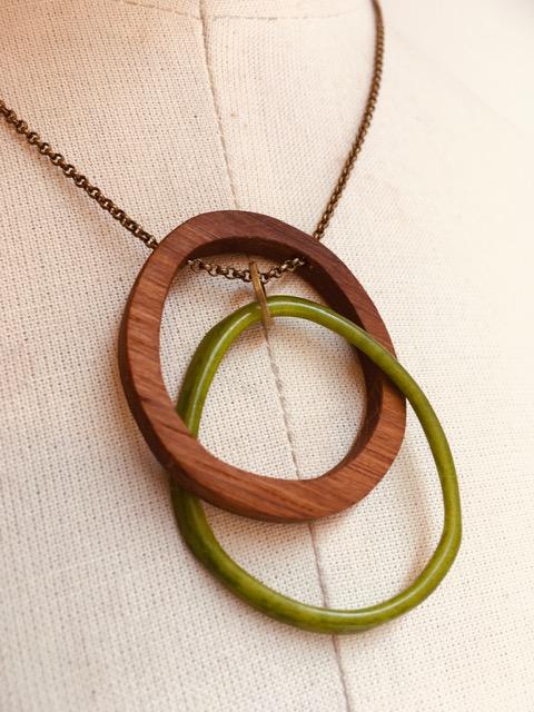collier eclipse bois ivoire végétal vert gros plan Rootsabaga collier mystère