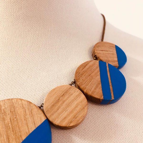 collier rond de bois gourmandise bleu bois peint gros plan Rootsabaga collier chaine fait main lyon