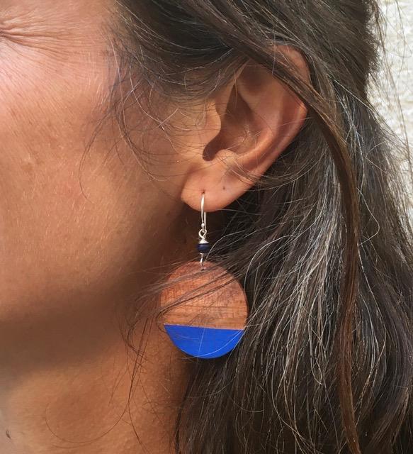 boucles d'oreilles bois de prunier peint bleu roi porté Rootsabaga été