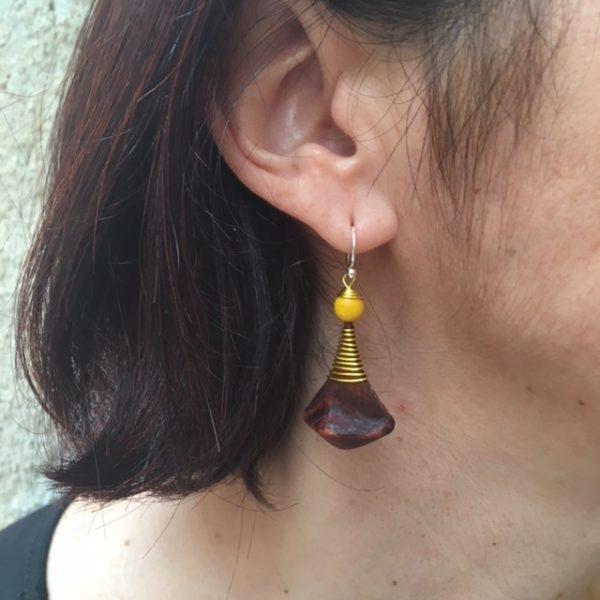 boucle d'oreille pomme de pin jaune porté Rootsabaga