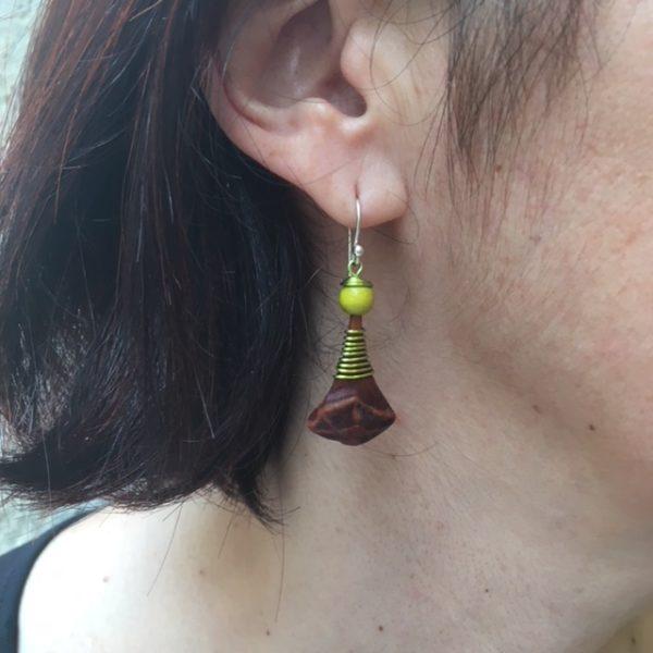 boucle d'oreille pomme de pin vert anis porté Rootsabaga