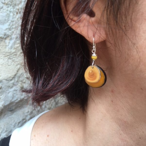 boucles d'oreilles buis ivoire végétal jaune porté Rootsababag