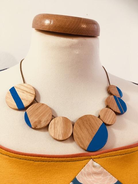 Collier bois gourmandise bois peint bleu roi Rootsabaga