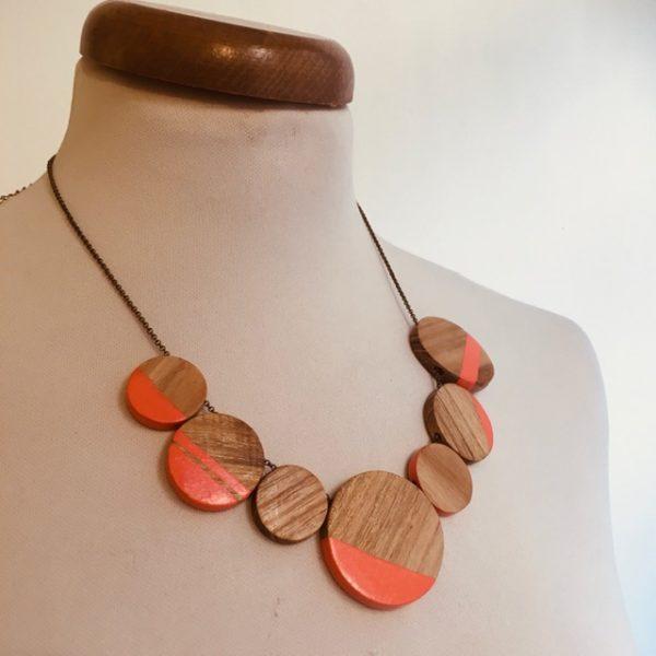 collier rond de bois gourmandise corail bois peint Rootsabaga collier chaine fait main lyon