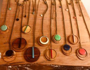 Collier et sautoir Rootsabaga bijoux bois naturels chaine laiton coloré creation artisanale lyon pentes de la croix rousse bijouterie fantaisie