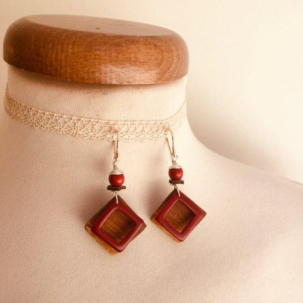 boucles d'oreilles carré bois ivoire végétal rouge Rootsabaga bijou artisanal