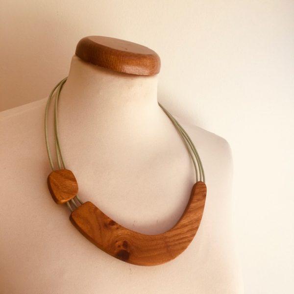 collier bois sourire vert amande rootsabaga création artisanale