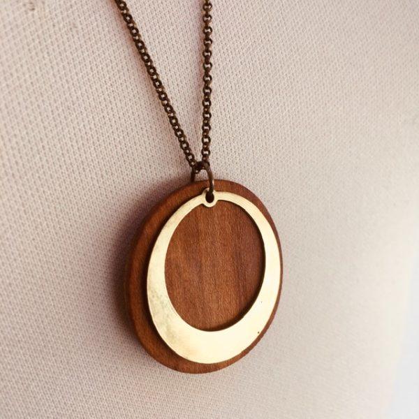 collier bois rond chaine motif rond évidé bois de prunier Rootsabaga collier simple gros plan