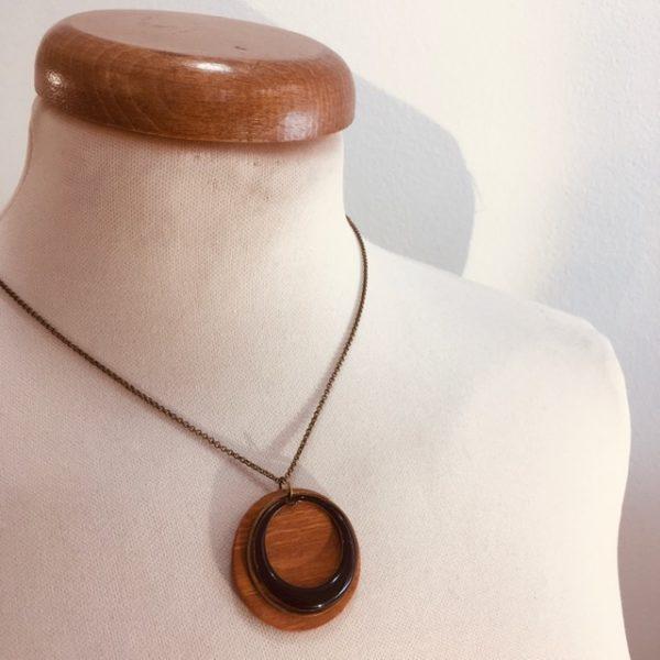 collier rond bois chaine émail noir rond évidé Rootsabaga bijoux naturels