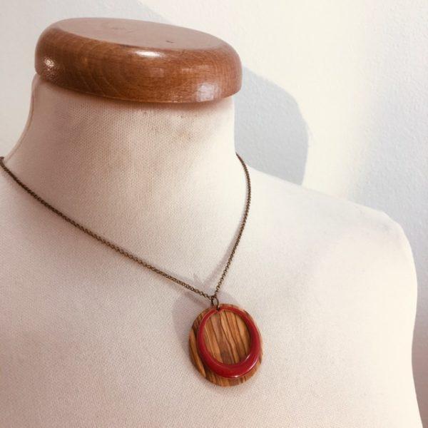 collier rond bois chaine émail rouge rond évidé Rootsabaga bijoux naturels