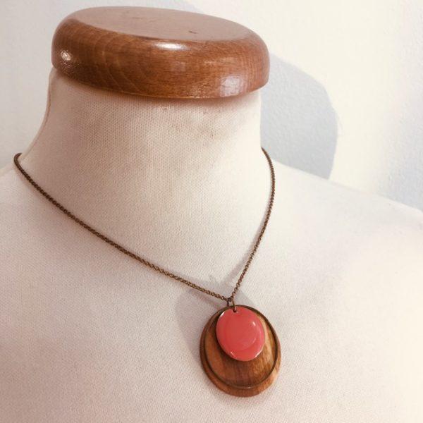 collier chaine bois rond hêtre émail corail Rootsabaga fait main artisanal Lyon