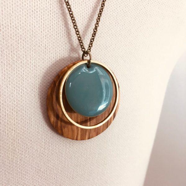 collier bois chaine rond bois olivier émail rond turquoise gros plan bijou fait main lyon