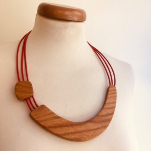 collier bois sourire rouge rootsabaga création artisanale