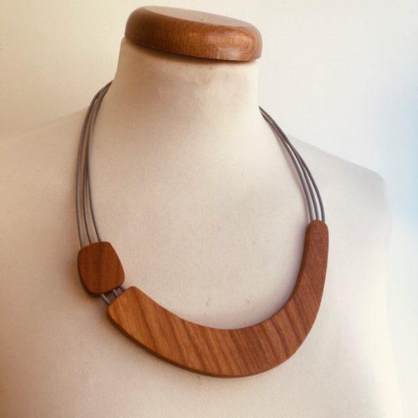collier bois sourire gris rootsabaga création artisanale