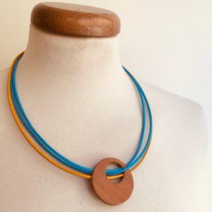 collier rond de bois cordons cuir bleu jaune