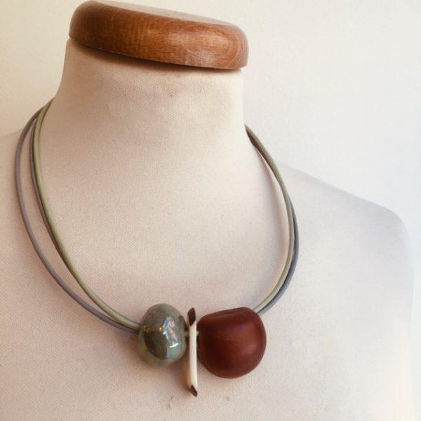 collier graine oeil de boeuf et perle céramique vert amande cordon cuir vert amande et gris Bijou unique lyon