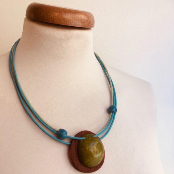 collier bois rond et ivoire végétal vert cordons cuir bleu et vert amande Bijou naturel artisanal