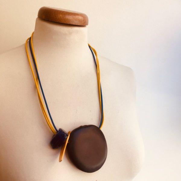 Collier Graine Entada bleu et jaune cordons cuir bleu et jaune Rootsabaga collier ethnique