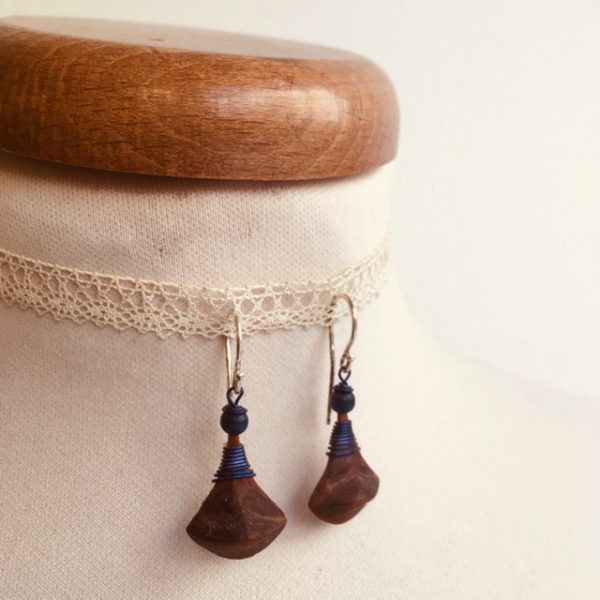 boucles d'oreilles pomme de pin petite bleu roi Rootsabaga bijou ethnique lyon