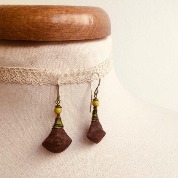 boucles d'oreilles pomme de pin petite vert olive Rootsabaga bijou ethnique lyon