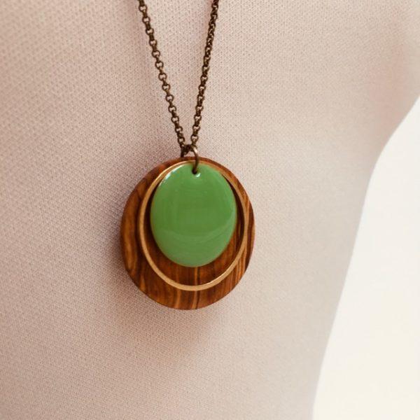 collier bois rond émail vert vif gros plan bois olivier Rootsabaga collier chaine