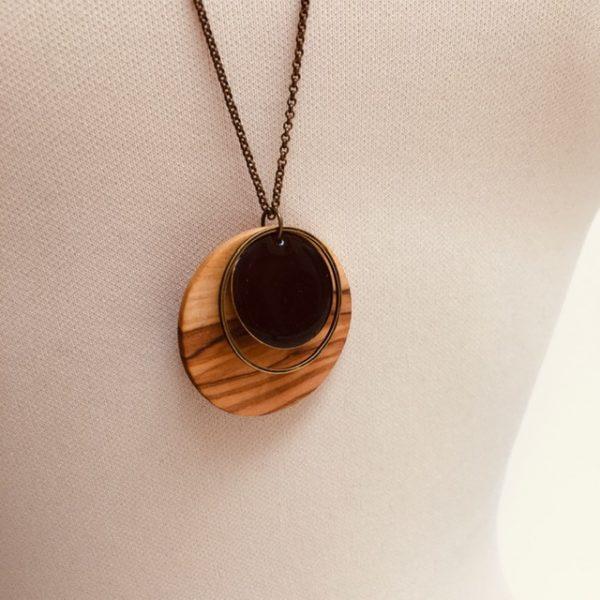 collier bois rond émail noir gros plan bois olivier Rootsabaga collier chaine