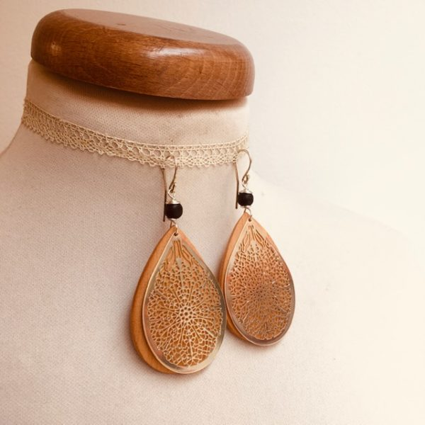 boucles d'oreilles bois grande goutte argenté perle noir Rootsabaga création artisanale Lyon