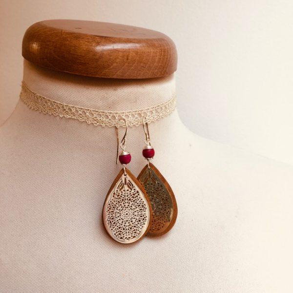 boucles d'oreilles bois goutte argenté perle rouge Rootsabaga création artisanale Lyon