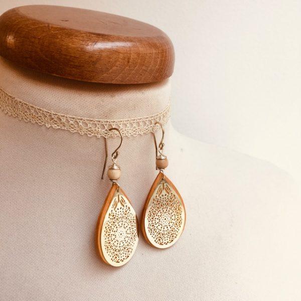 boucles d'oreilles bois goutte argenté perle beige Rootsabaga création artisanale Lyon
