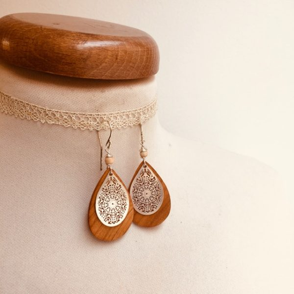 boucles d'oreilles bois mini goutte argenté perle beige Rootsabaga création artisanale Lyon