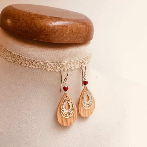 boucles d'oreilles bois clair décor argenté ciselé perle rouge Rootsabaga