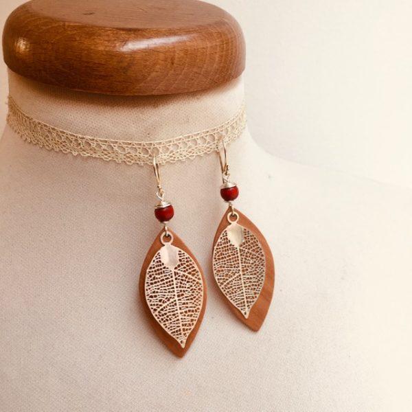 boucles d'oreilles bois feuille grande argenté perle rouge Rootsabaga Bijoux narturels