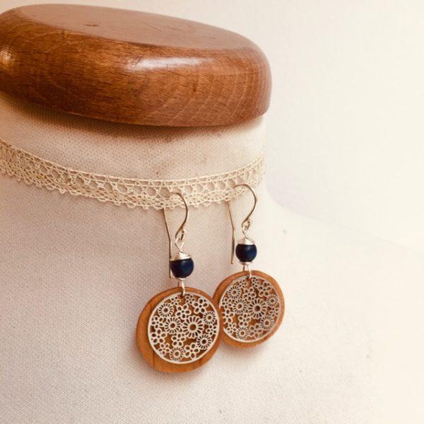 boucles d'oreilles bois fleur argenté perle bleu roi Rootsabaga bijoux originaux