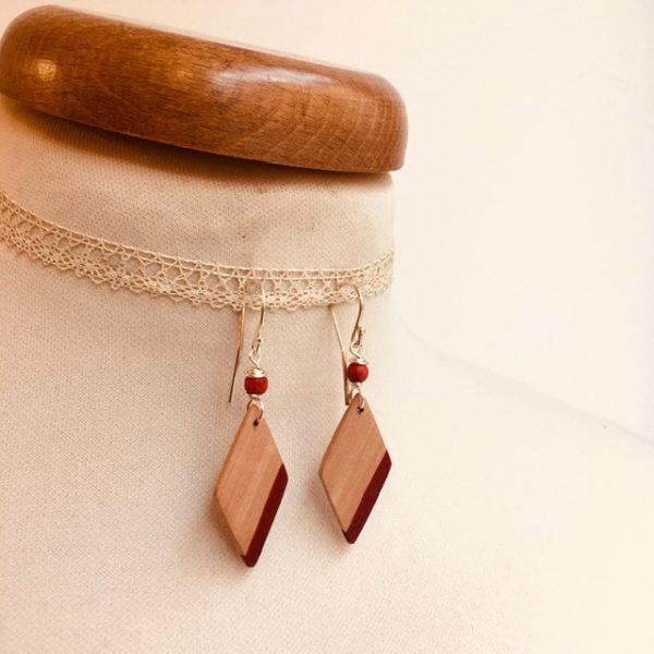boucles d'oreilles bois losange peint rouge Rootsabaga bijou nature