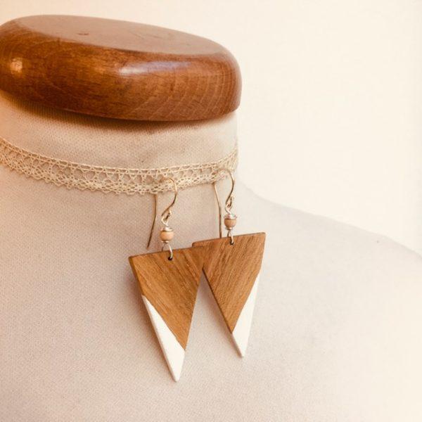 boucle d'oreille bois peint grand triangle inversé blanc Rootsabaga