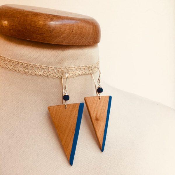 boucle d'oreille bois peint grand triangle inversé bleu roi Rootsabaga