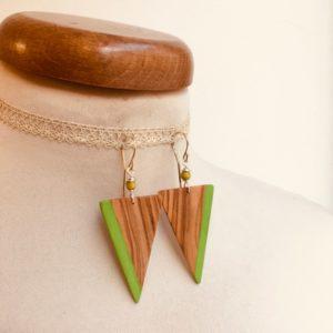 boucle d'oreille bois olivier peint grand triangle inversé vert vif Rootsabaga