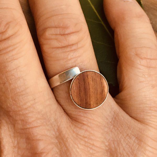 bague bois et argent bois de prunier portée Rootsabaga bijouterie lyon