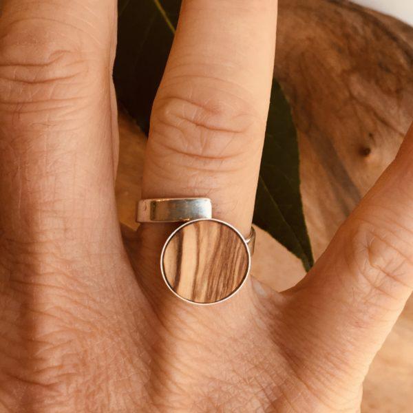 bague bois et argent 12 mm bois d'olivier portée Rootsabaga bijouterie lyon