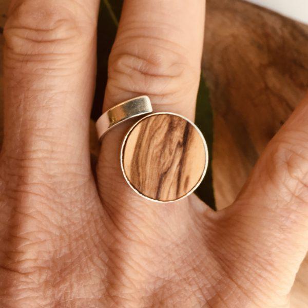 bague bois et argent 15mm bois d'olivier portée Rootsabaga bijouterie lyon
