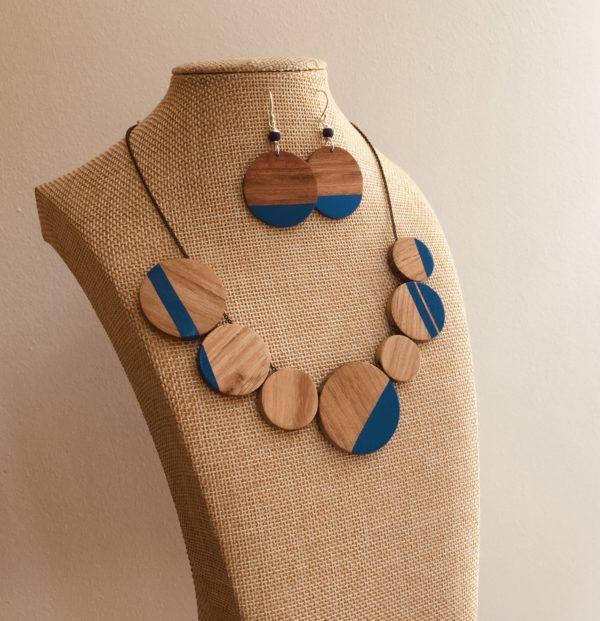 parure collier boucles d'oreilles bois peint bleu roi Rootsabaga bijoux bois