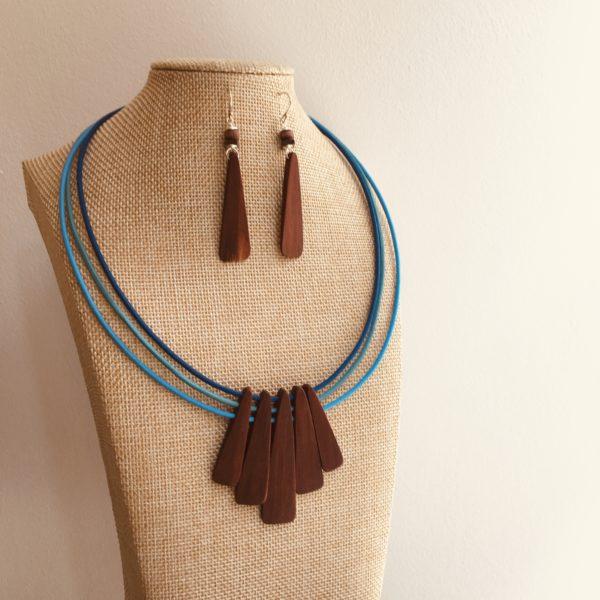 parure lamelle bois collier et boucles d'oreilles bleu roi Rootsabaga