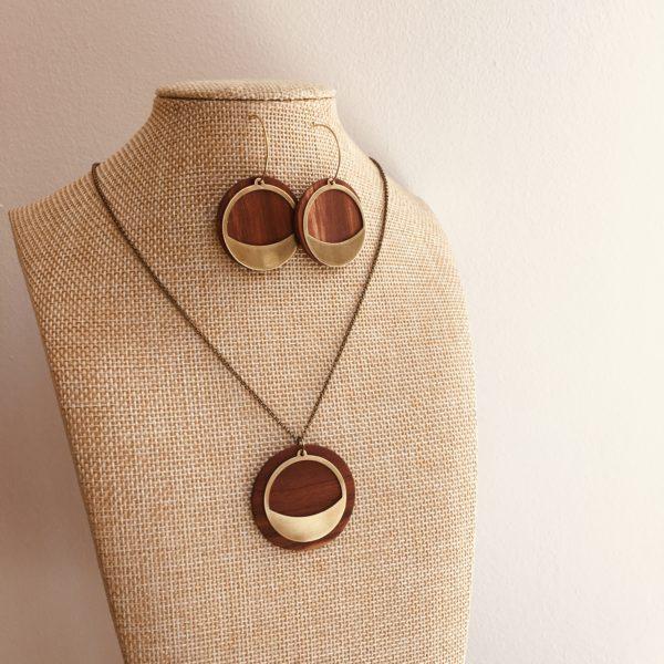 collier chaine laiton rond bois et créole dore bois prunier sourire doré Rootsabaga parure bois chic