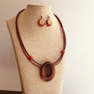 parure collier bois et ivoire végétal rond rouge et boucles d'oreilles buis et ivoire végétal rouge Rootsabaga Bijoux naturels lyon