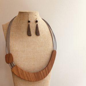 parure collier bois sourire et boucles d'oreilles langue ivoire végétal gris Rootsabaga parure bijoux fantaisie naturels