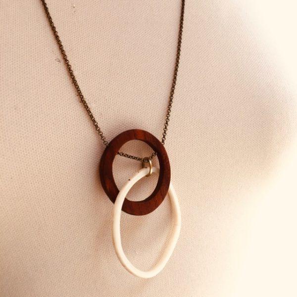 collier éclipse bois et ivoire végétal blanc naturel chaine gros plan Rootsabaga bijoux fantaisie