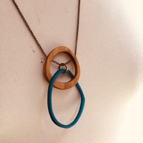 collier éclipse bois et ivoire végétal turquoise chaine gros plan Rootsabaga bijoux fantaisie